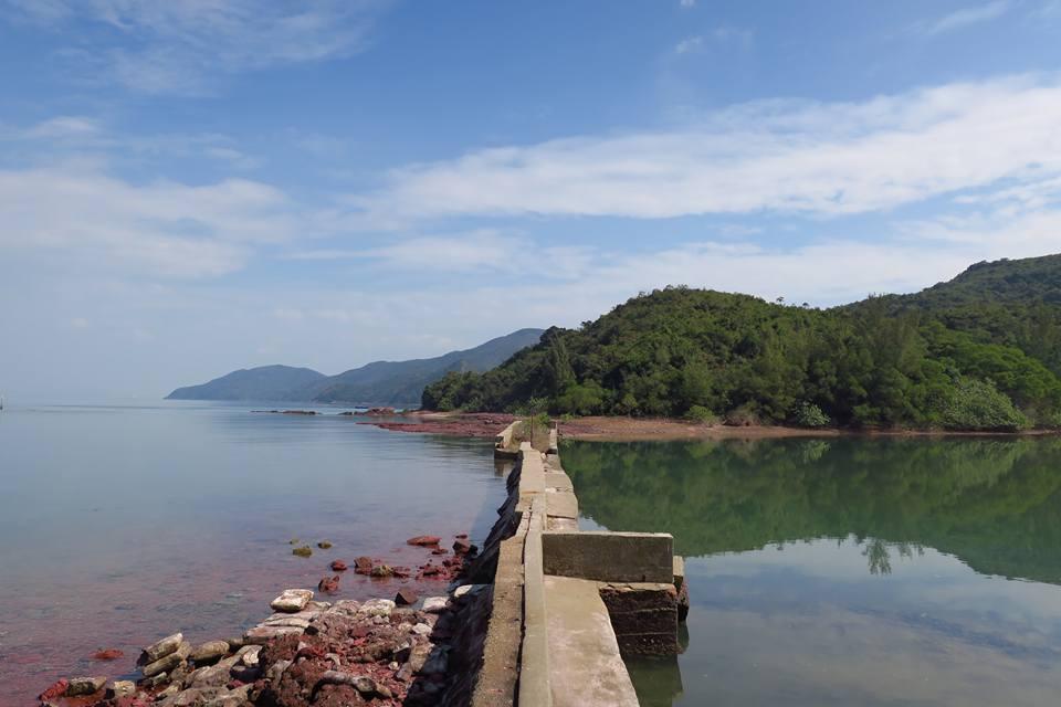 呢個景色好夢幻,右邊係碧翠的水潭,左邊就係紅石灘。