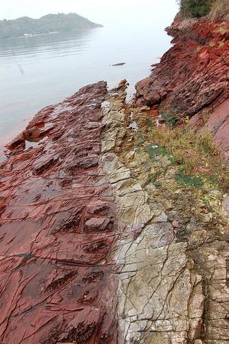 紅石黃石形成強烈對比